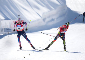 Lowell Bailey (l) and Jaroslav Soukup (CZE) (r) race to claim the 10th place finish in the World Cup pursuit today. [P] US Biathlon/NordicFocus.