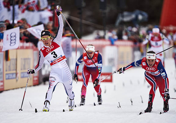 Sophie Caldwell lunges for the win [P] Nordic Focus